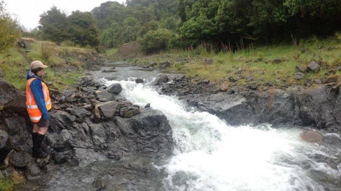 被抬升的河床, 并形成跌水