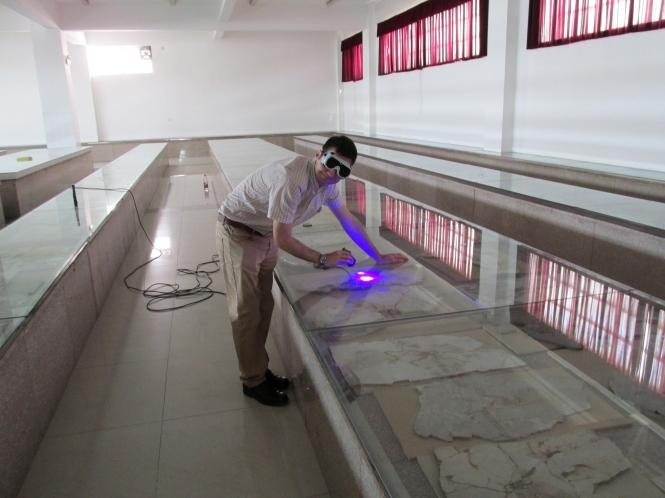 文嘉琪博士在山东省天宇自然博物馆检视了超过二百件近鸟龙的标本,挑选出其中保存了特别组织的十几件,利用激光诱导技术详细扫描研究。图片提供:文嘉琪博士